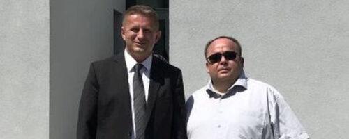 Dr. sc. Željko Holjevac i dr. sc. Danijel Vojak na otvaranju Romskog memorijalnog centra u Ušticama, 2. 8. 2020.